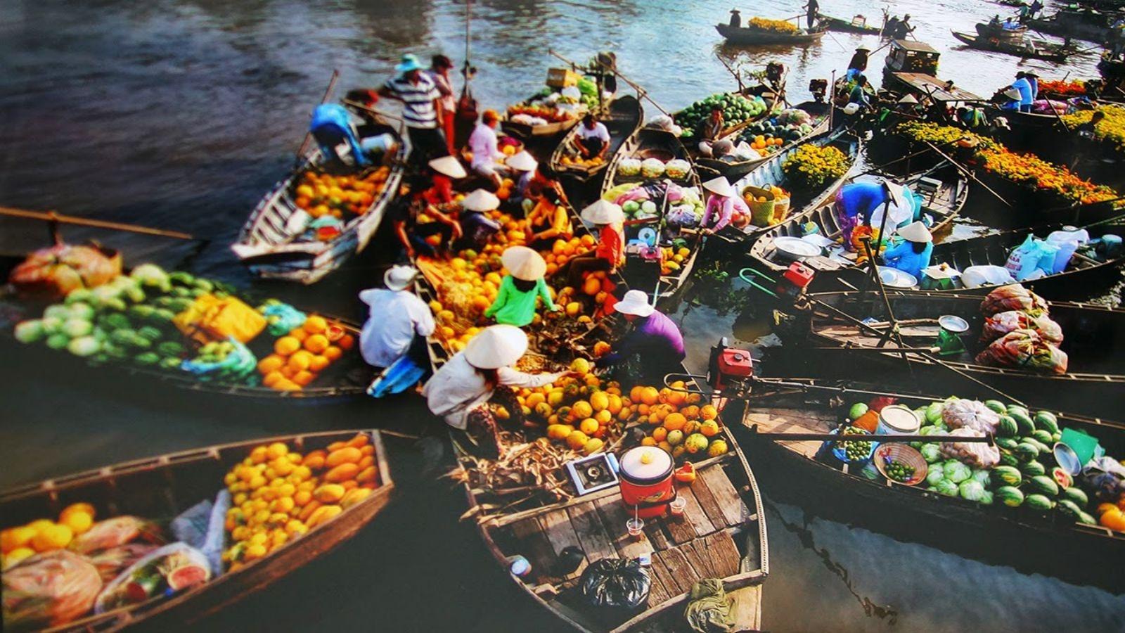 Trái cây tươi được bày bán ở chợ nổi miền Tây