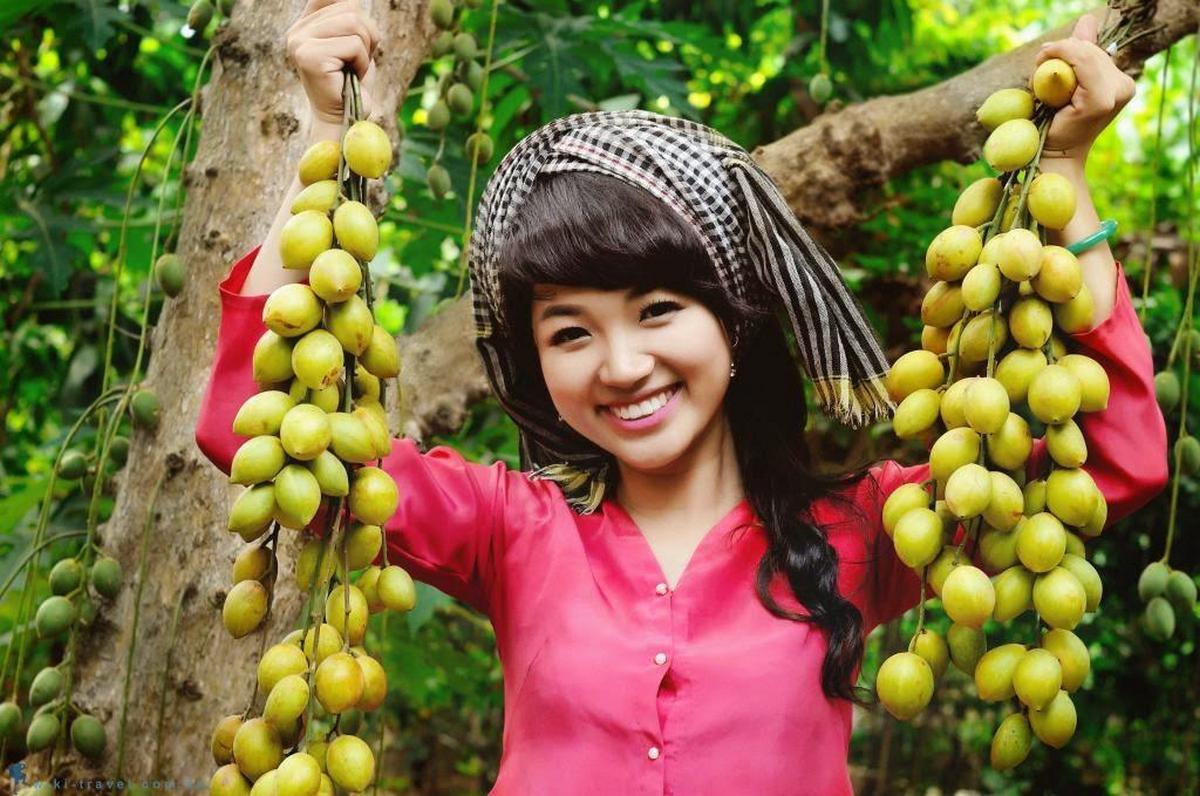 Cô gái hái dâu ở Lái Thiêu